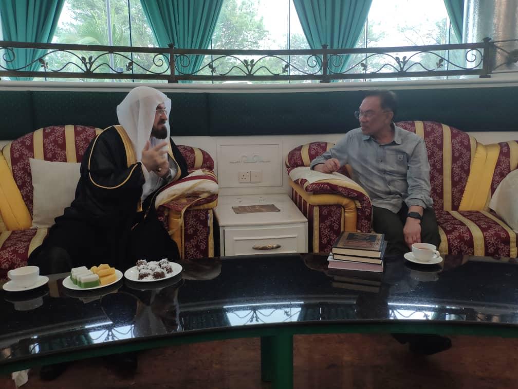 دکتر علی قره¬داغی، دبیرکل اتحادیه جهانی علمای مسلمان، عصر سه شنبه در یک سفر چهار روزه برای شرکت در اجلاس کوتاه مدت اسلامی در مالزی وارد فرودگاه بین المللی کوالالامپور شد.