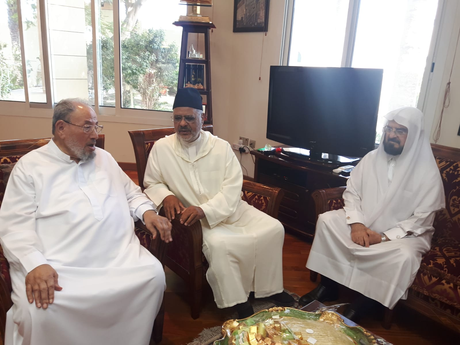 Al-Qaradawi, Al-Rissouni et Al-Qarah Daghi lors d'une rencontre amicale sur les problèmes de la Ummah